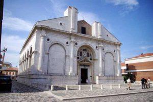 Старинный храм Малатеста (Италия)