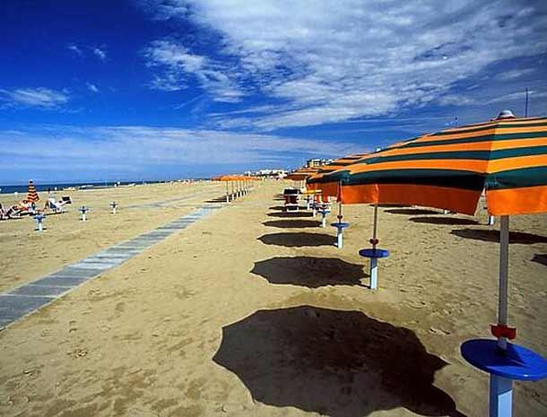 Молодежный пляж Марибелло в Римини