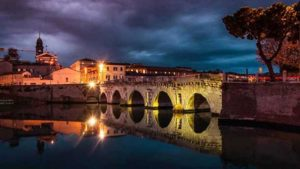 Красивый мостр Тиберия в Римини