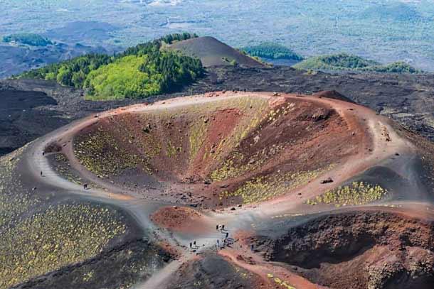 Действующий вулкан Этна на Сицилии