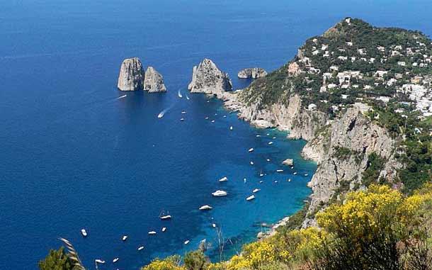 Вид с горы Монте Соларо на Капри