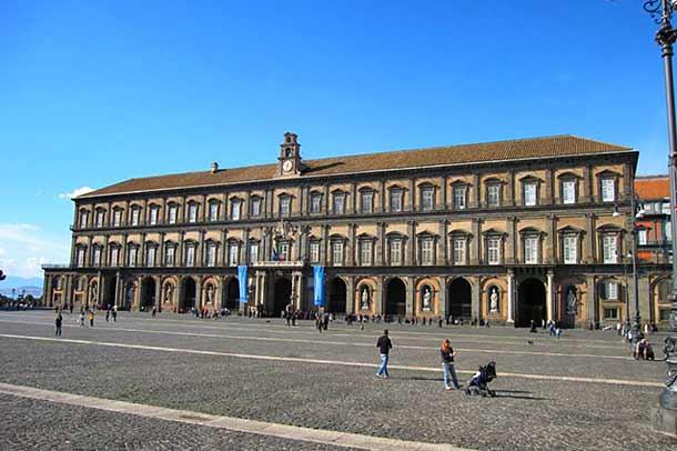 Королевский дворец Бурбонов в Неаполе