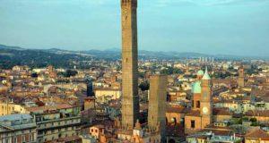 Падающие башни Азинелли и Гаризенда в Болонье