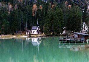 Местная часовня на озере Брайес
