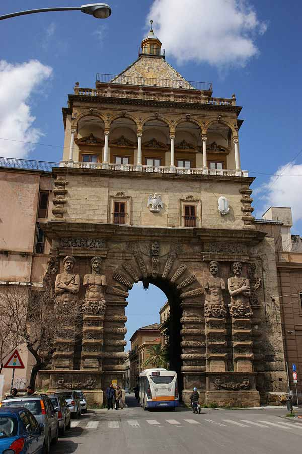 Триумфальная арка Porta Nuova в Палермо