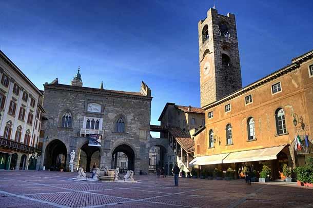 Старая площадь Пьяцца Веккьо в Бергамо