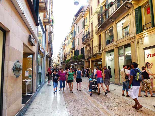 Шопинг в Вероне на улице Corso Porta Borsari