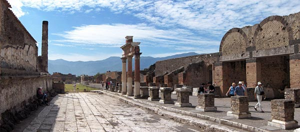 Главная городская площадь Форум в Помпеях