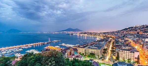 Город Неаполь на юге Италии