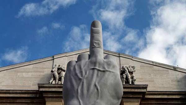 Памятник Среднему пальцу в Милане
