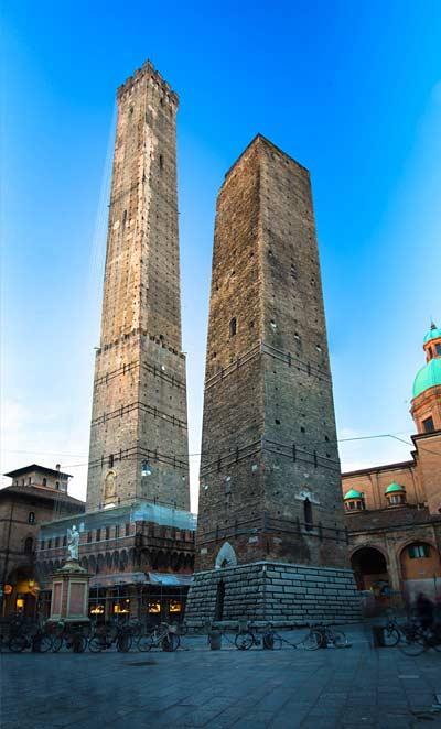 Башня Азинелли в Болонье