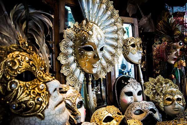 Венецианская маска как сувенир