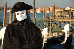 Баута карнавальная маска